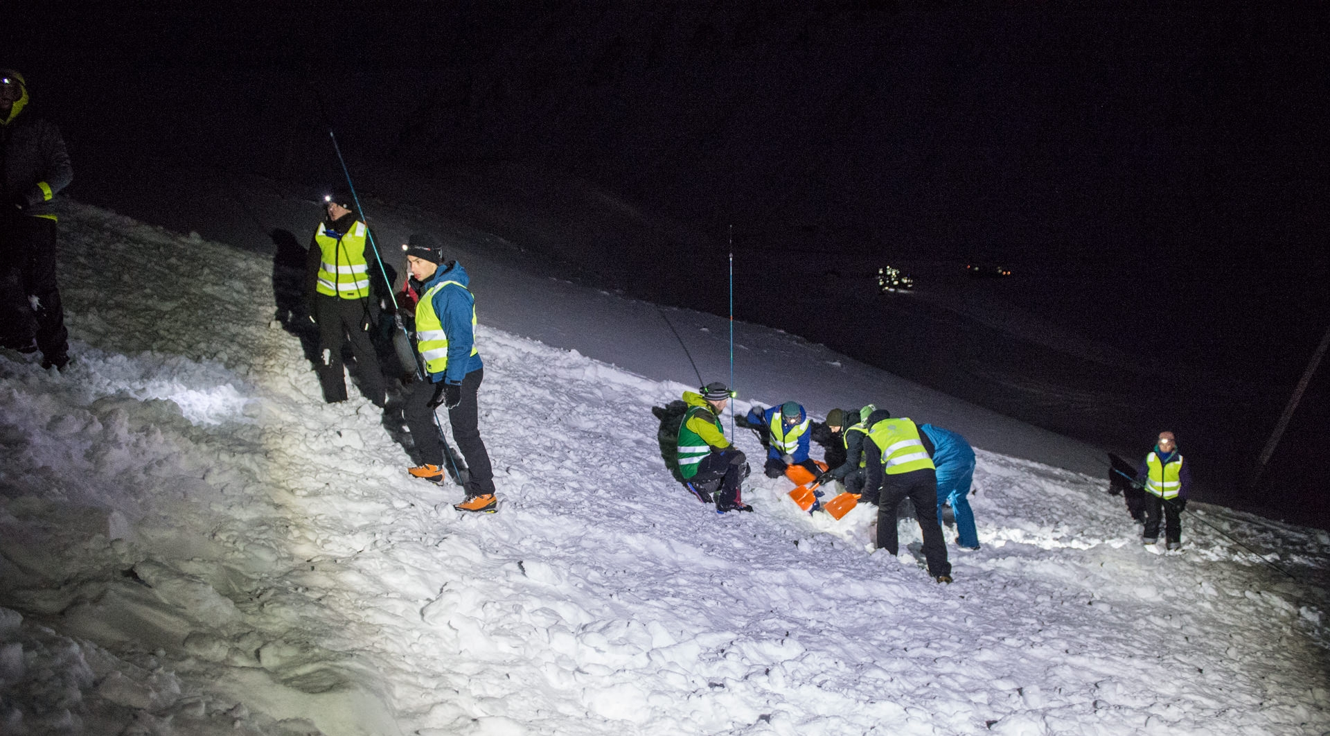 """UNIS students digging through an """"avalanche"""" during the UNIS winter field safety course. Photo: Frede Lamo / UNIS"""