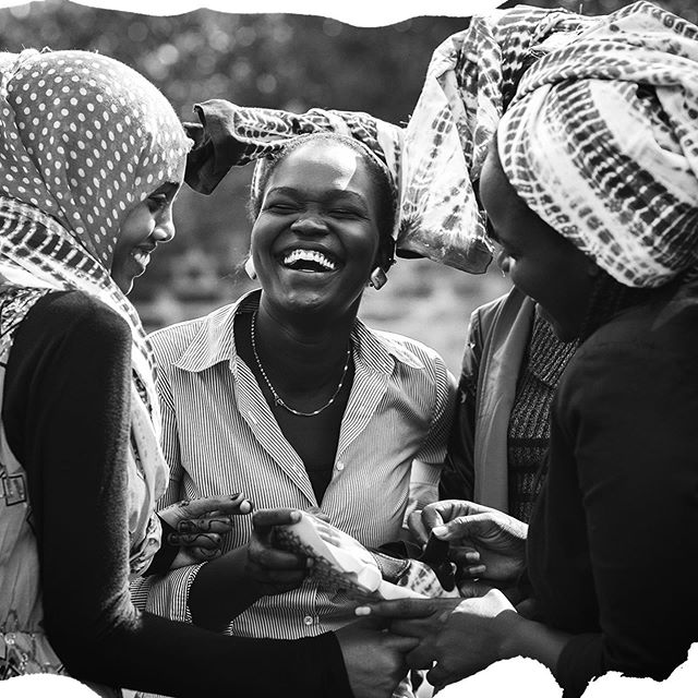 At Piece & Co. we partner with organizations that support and empower refugees. Our partnership with our artisan partner in Kenya is vital in providing skills development and training as a means to foster growth and independence for refugee women. #worldrefugeeday