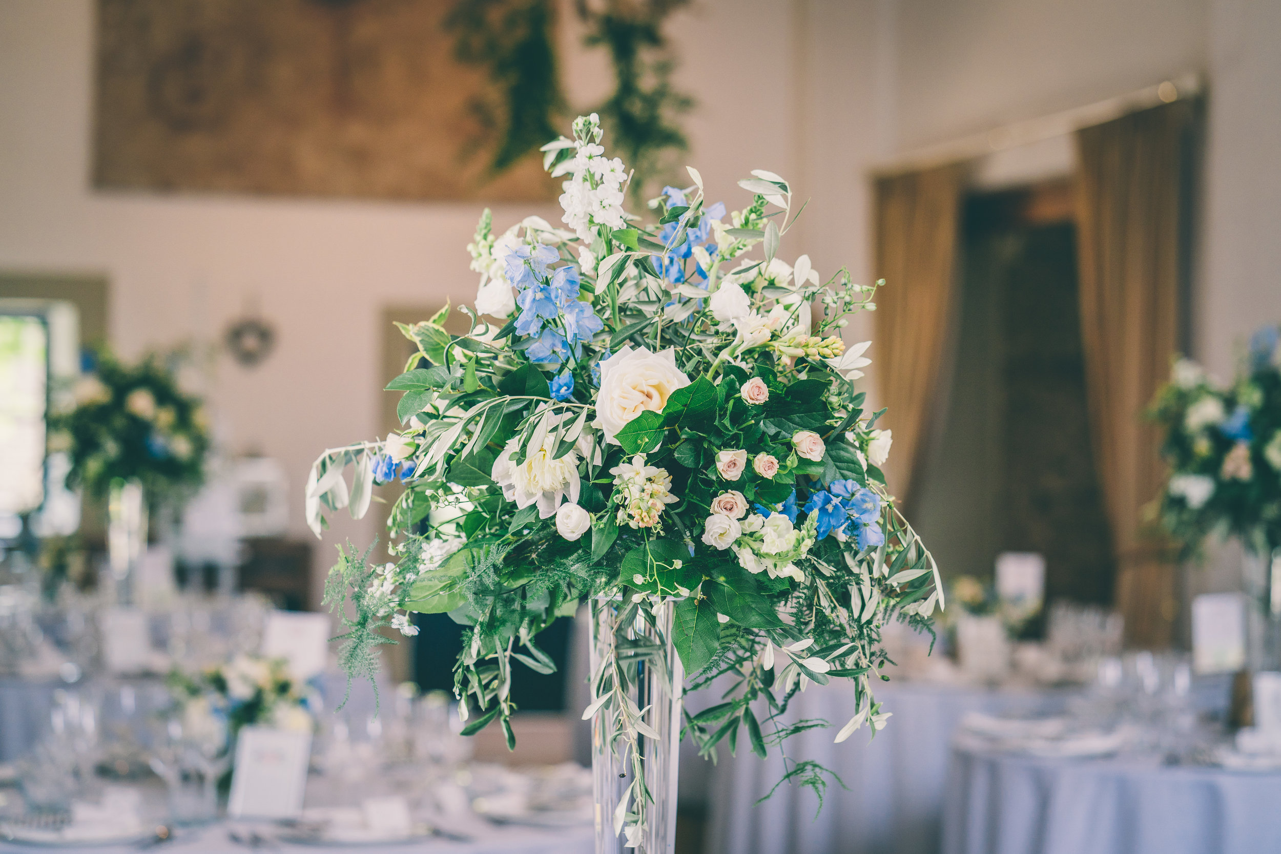 Relaxed cotswolds wedding_blue and pink table flowers