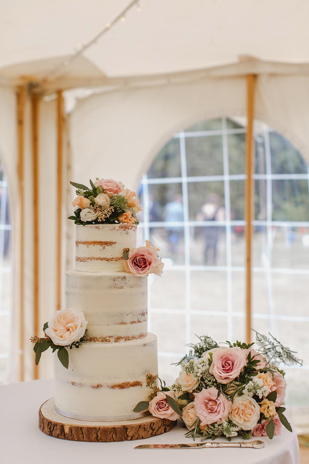 Eggington House marquee wedding_semi naked cake decorated with flowers