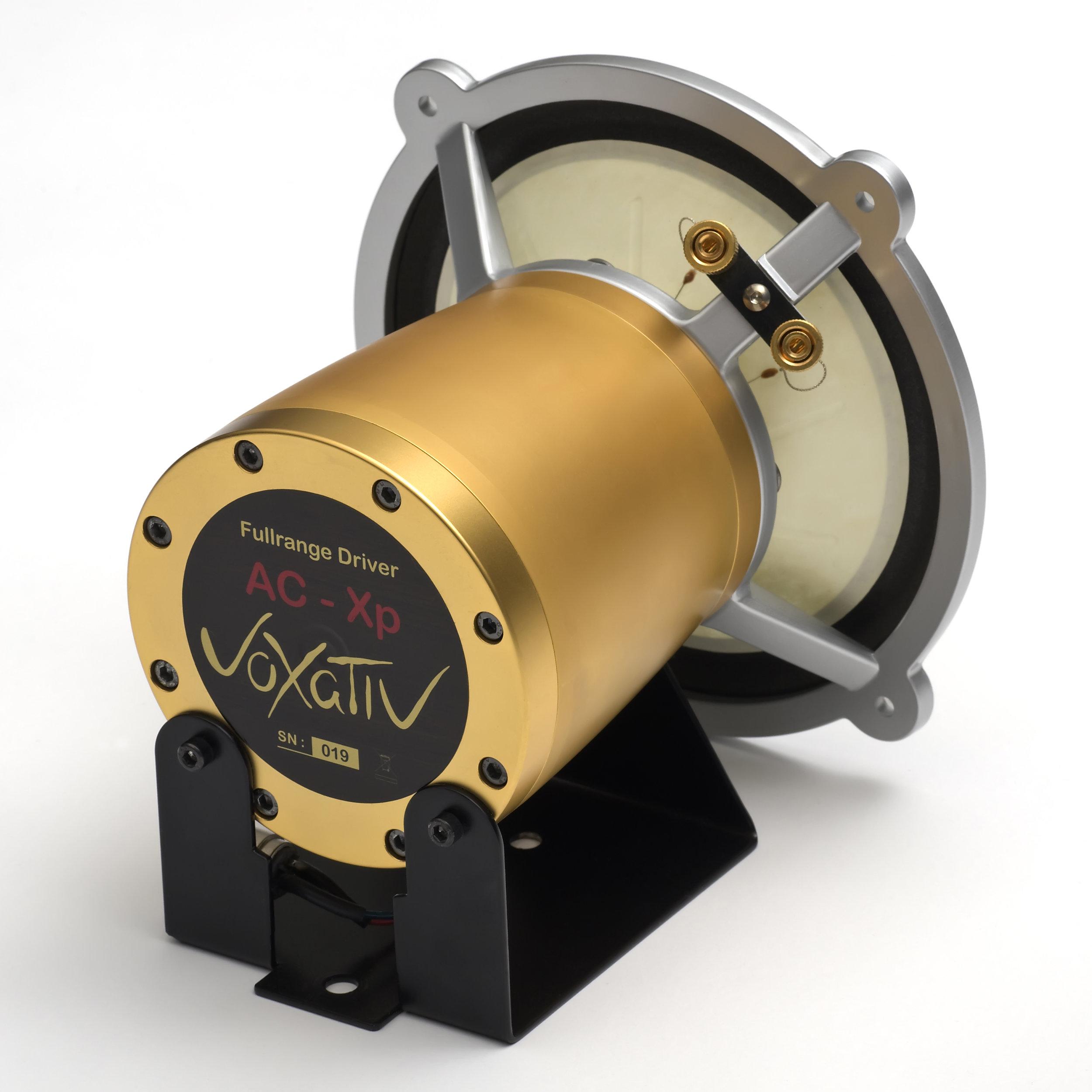 DUE配备了Voxativ AC-XP fieldcoil驱动器- 没有别的。 - 没有任何交叉组件或内部电子设备。这款雕像般的扬声器的著名声音完全由驱动器和机柜一起工作的机械卓越性优化。