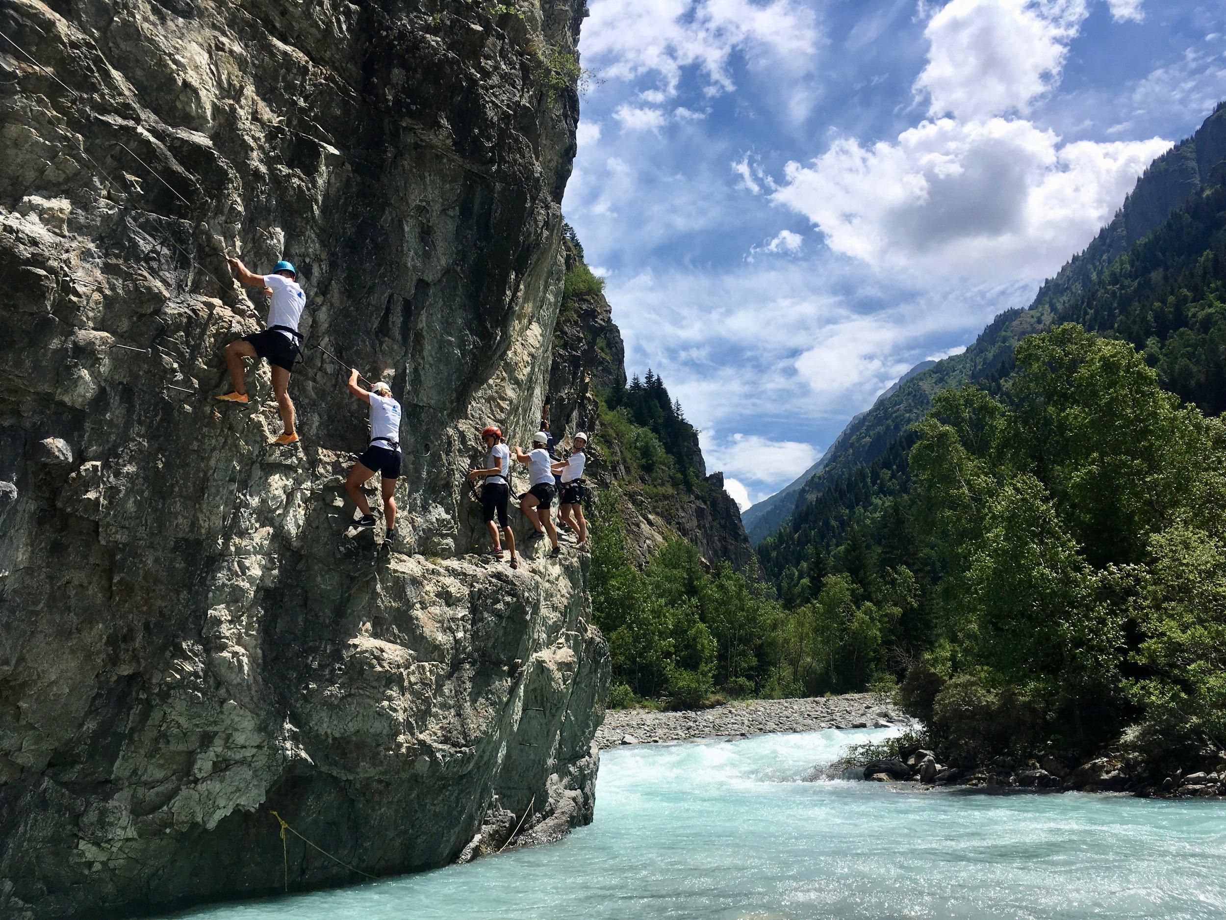 At leve kræver mod, styrke og vedholdenhed |  Er du klar til at nå dine mål og drømme - Ta' en sommer med Alpehøjskolen og ta' dit liv seriøst på den sjove måde