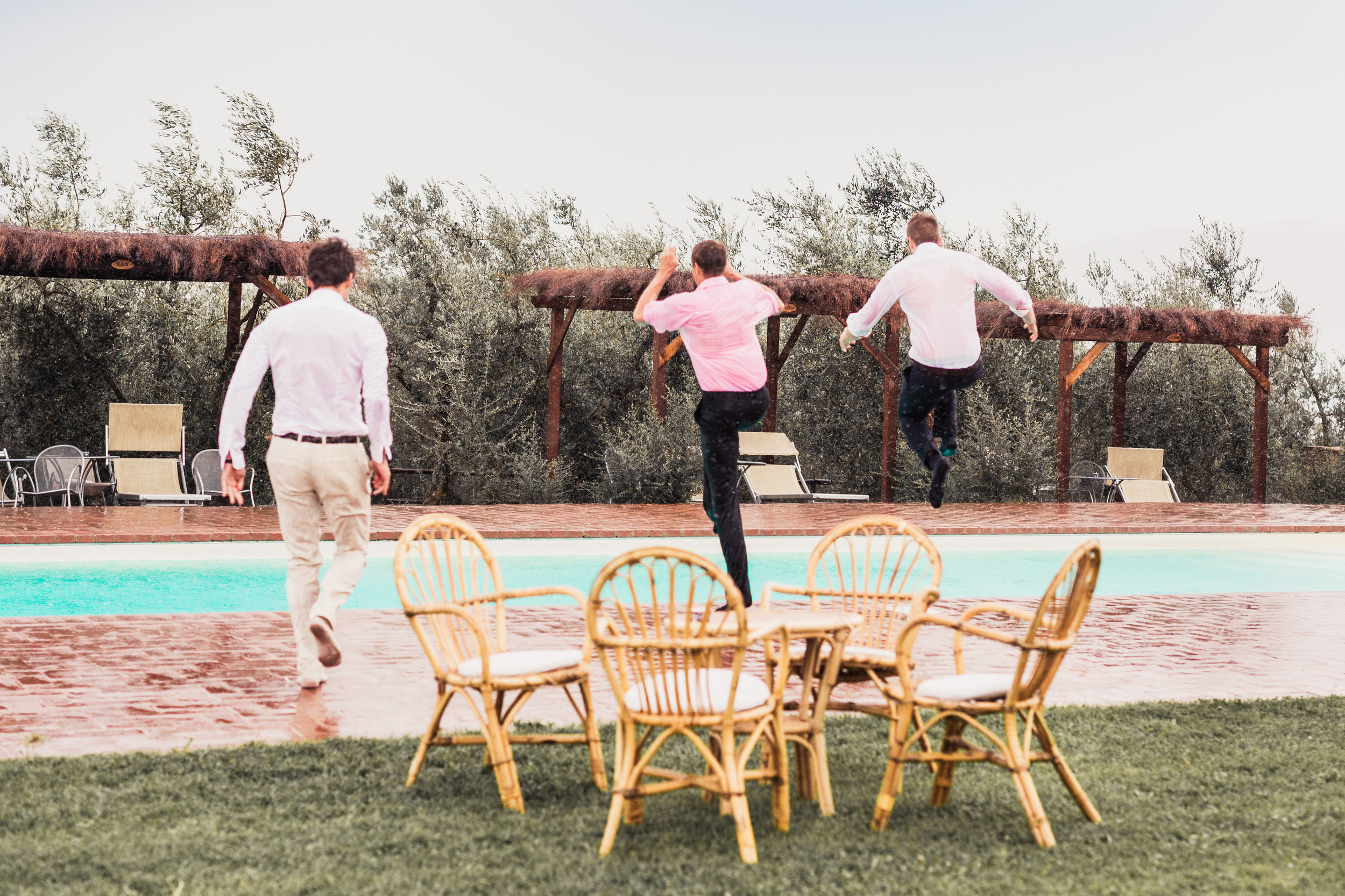 Hochzeitsgäste springen in den Pool
