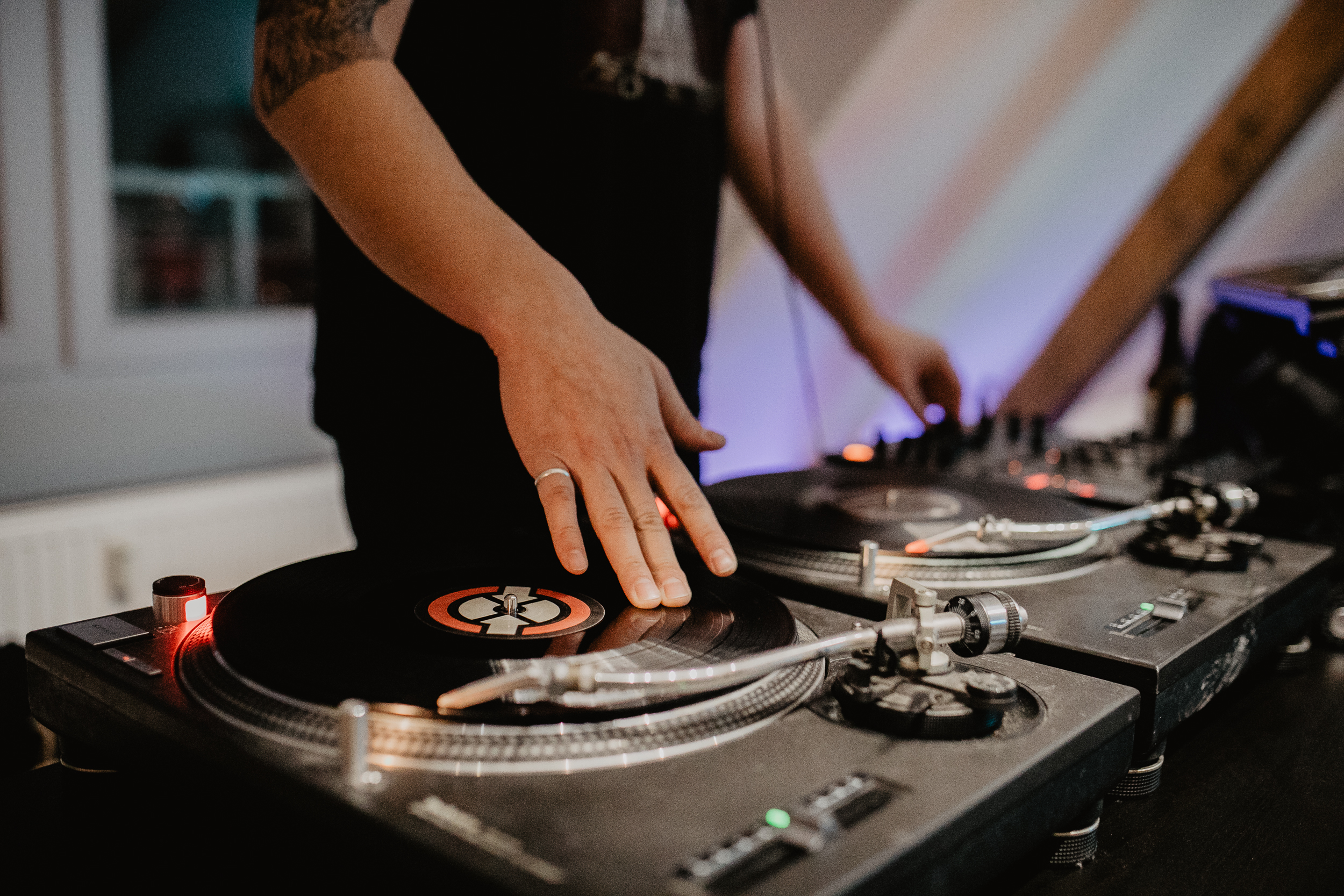 Mr DJ play music