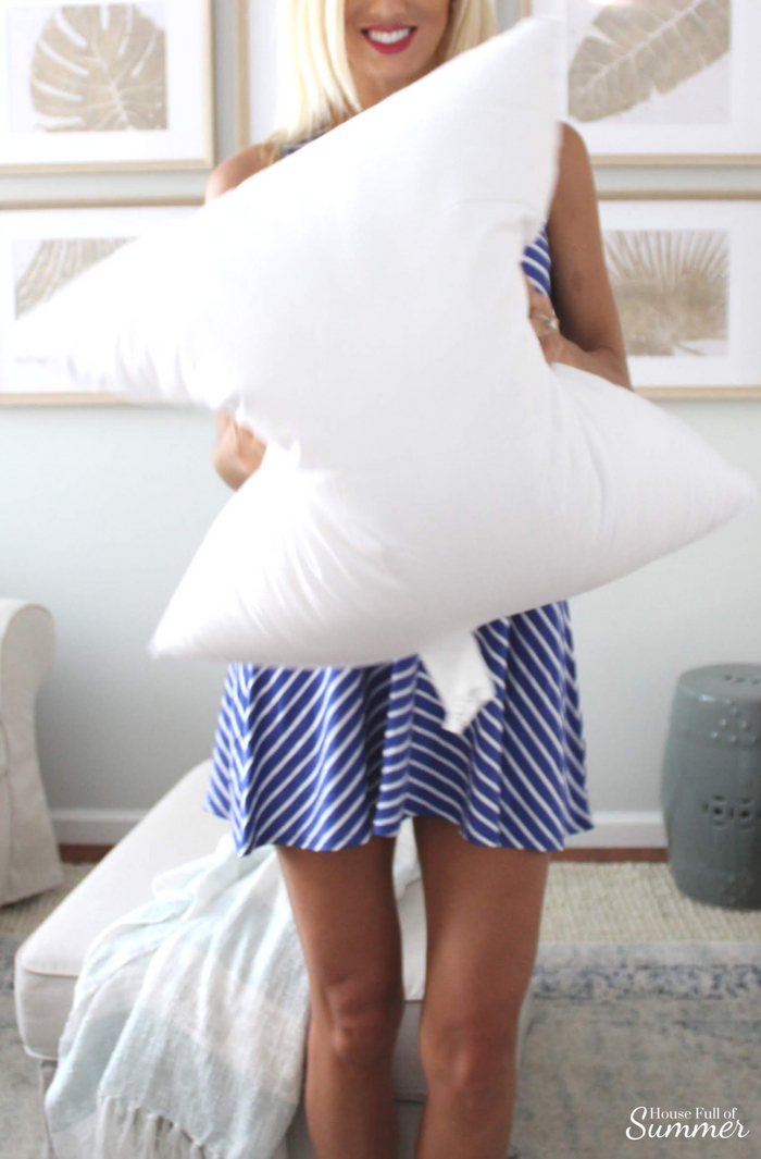 The Best Pillow Inserts That Never Need to be Re-Poofed!   House Full of Summer collaboration with Lo Home. Squish-proof pillows. Thick pillow inserts, throw pillows, bed pillows, Palm Beach chic, coastal decor, floral tassels, white interior