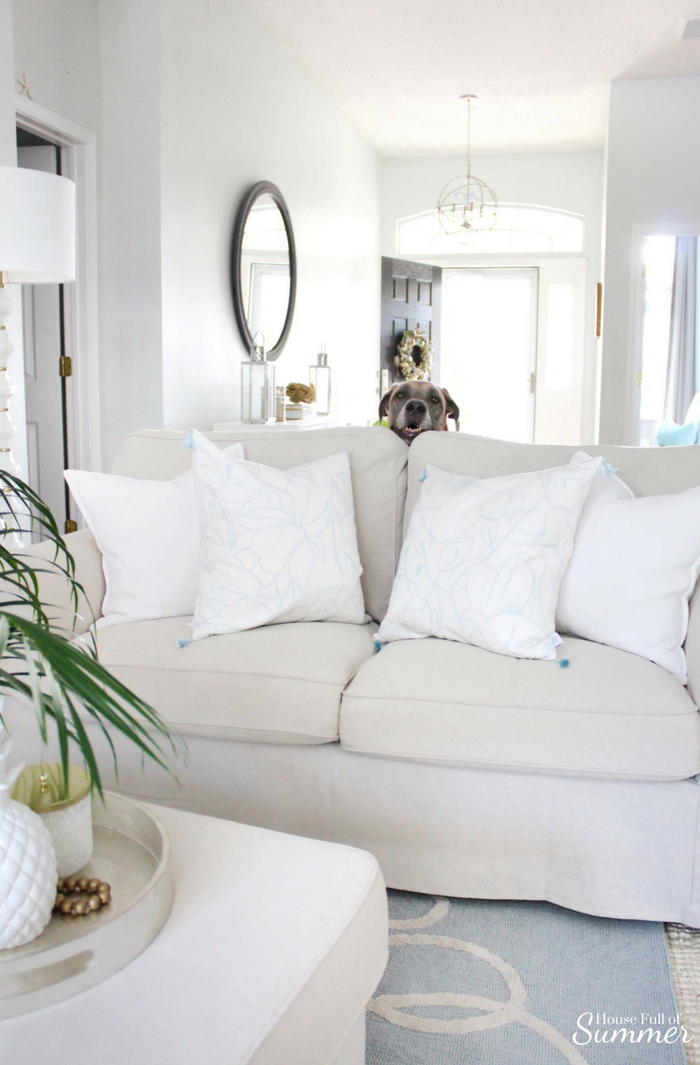 The Best Pillow Inserts That Never Need to be Re-Poofed! | House Full of Summer collaboration with Lo Home. Squish-proof pillows. Thick pillow inserts, throw pillows, bed pillows, Palm Beach chic, coastal decor, floral tassels, white interior