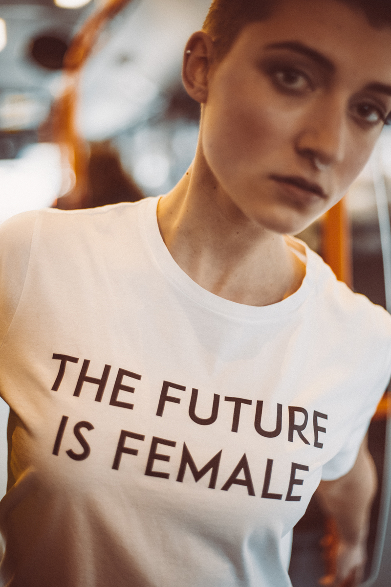 5. Logomania - Die Logo-Prints sind zwar kein neuer Trend aber er wird uns auch 2018 noch erhalten bleiben und zusammen mit den bereits bekannten Statement-Prints ein wichtiger Bestandteil unserer Garderobe sein.(H|OW – The Future Is Female Shirt)