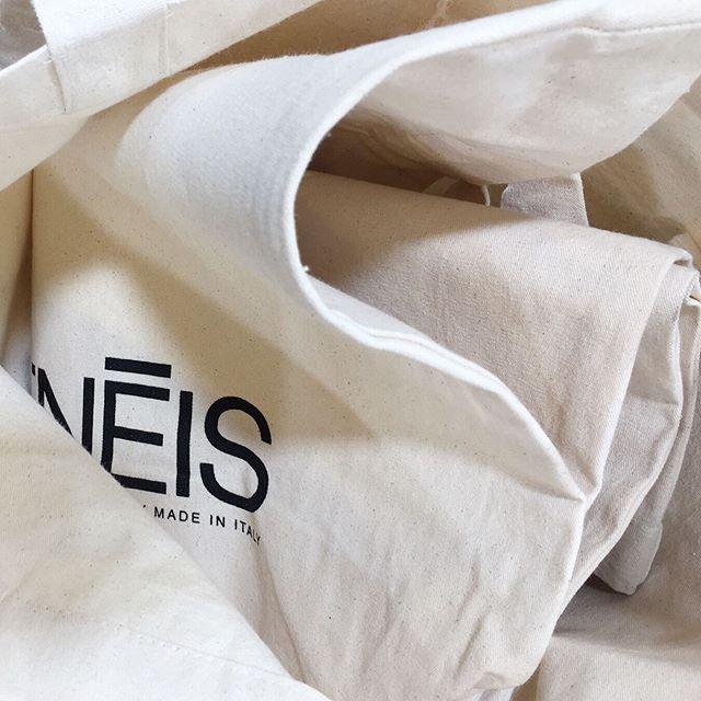 AENĒIS tote bags   spot them in Paris as we gave them to our buyers 🖤 #aeneisparis #pfw #tranoi #parisianstyle #paris