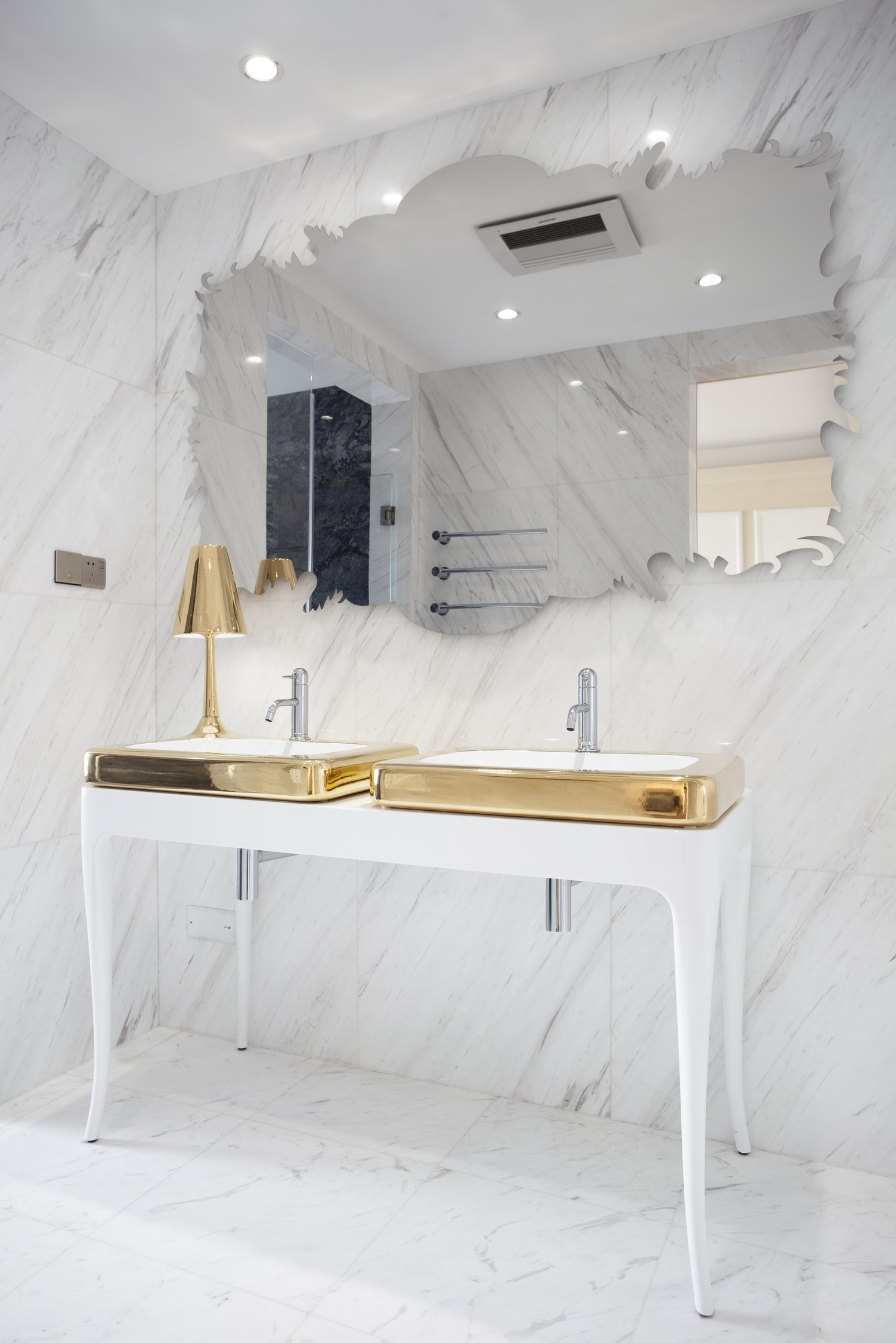 MASTER BATHROOM The gold and white marble design by Hayon for Bisazza creates a striking contrast between the two areas of the bathroom