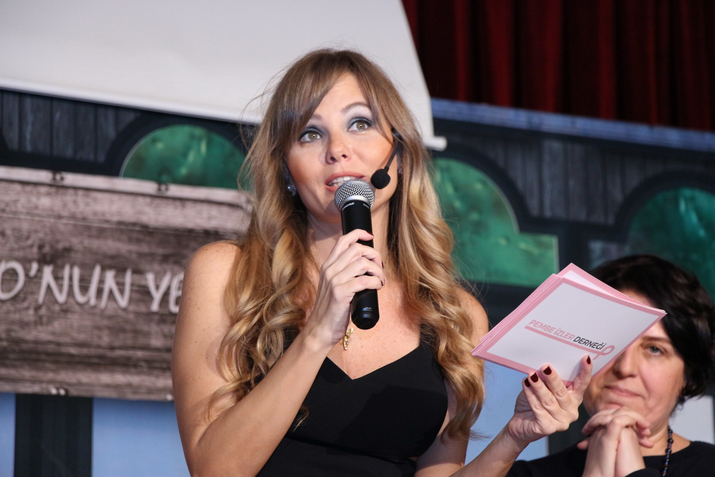 """Melike Öçalan was the presenter of the night when the play """"Gülbahar"""" met with its audience in Istanbul."""