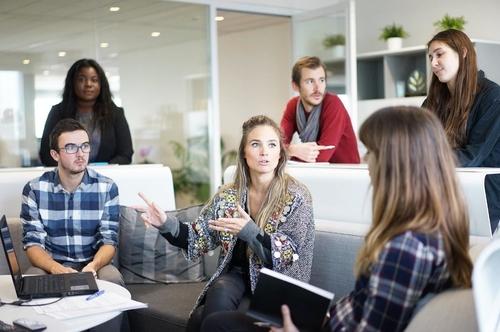 gente hablando en una oficina