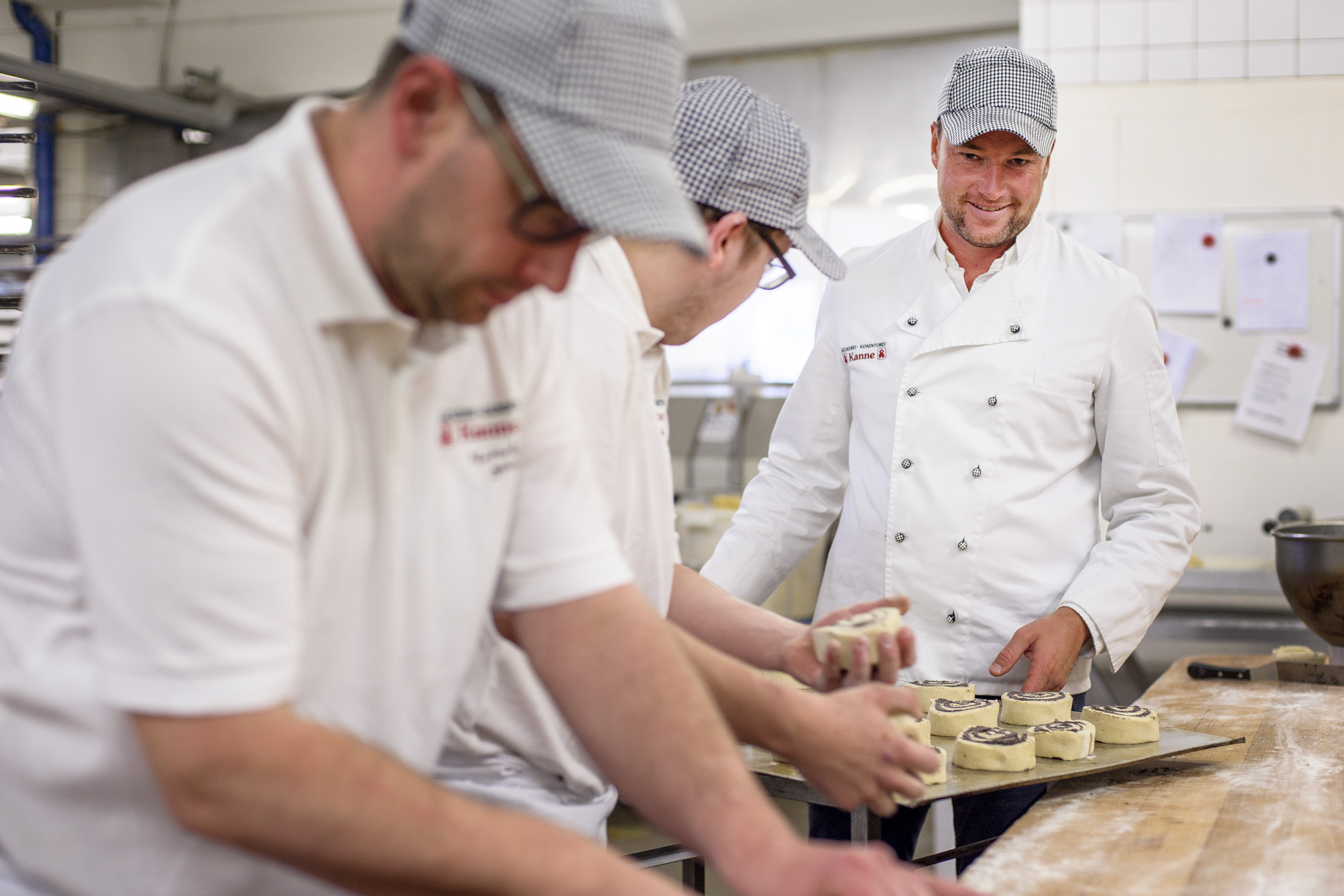 Deutschland, Nordrhein-Westfalen, Lünen, 28.09.2017 - Bäckerei KanneWILHELM KANNE jr. betreut seine Mitarbeiter in der BÄCKEREI KANNE beim zubereiten von MohnröllchenWILHELM KANNE JR. betreibt in der mittlerweise 5. Generation die BÄCKEREI KANNE und die KANNE BROTTRUNK GMBH in Lünen. Die Kunst des Brotbackens wird in der Bäckerei Kanne schon seit über einem Jahrhundert gepflegt. Von Anfang an standen dabei das Wohl des Menschen und dessen gesunde Ernährung im Vordergrund.Auch heute, wird immer noch nach altbewährten Rezepten gebacken: Schmackhaft, natürlich und gesund - mit selbst hergestelltem Natursauerteig und ohne chemische Zusätze. FOTO: MAXIMILIAN VON LACHNERDieses Foto darf nur nach Absprache mit dem Urheber verwendet werden.Die Lieferung erfolgt gemäß meiner AGB(download.maximilianvonlachner.de/AGB.pdf)Um ein Belegexemplar wird gebeten.