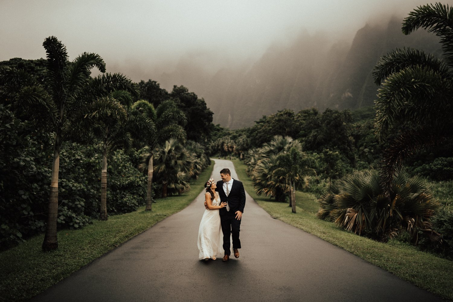 Hawaii Elopement Guide - With so many possibilities, we help you find the perfect spot & vendors for your big day :)