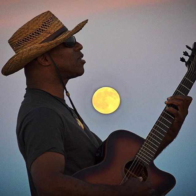 Singing at the full moon #keithrobinsonmusic #keithrobinsonguitar #fullmoon