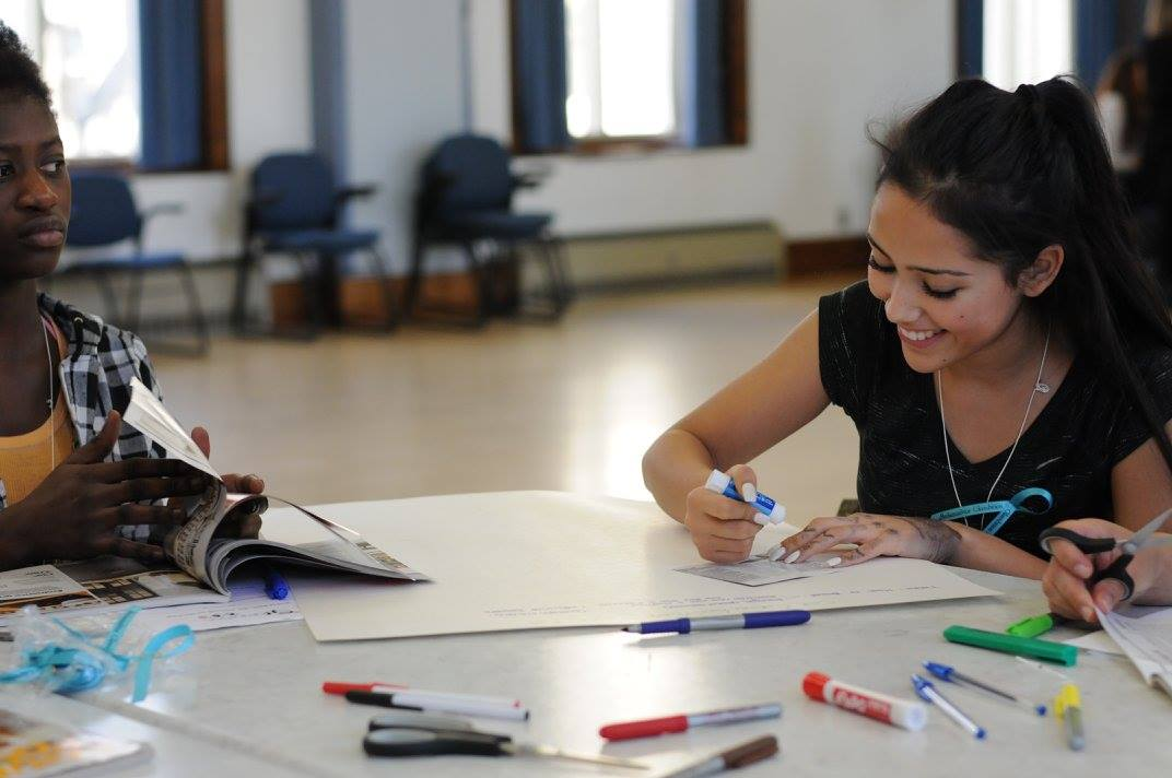 La mission - La mission de Glambition Entrepreneurship est d'éveiller le goût d'entreprendre chez les jeunes filles de 12 à 17 ans en leur faisant découvrir l'entrepreneuriat au féminin. Durant une journée d'ateliers interactifs, près de 150 participantes auront l'opportunité d'échanger avec des femmes entrepreneures aux parcours professionnels inspirants. Nous invitons ainsi ces étudiantes du secondaire, de la grande région de Montréal et de Laval, à considérer l'entrepreneuriat sous toutes ses formes (Intrapreneure, travailleuse autonome ou encore entrepreneure à dominante traditionnelle, sociale ou coopérative) comme un choix d'avenir pour leur vie personnelle et professionnelle. Glambition Entrepreneurship se veut un espace qui permettra à ces futures femmes de s'imaginer un avenir rempli de leurs passions, de leurs talents, de leurs intérêts… Un avenir dans lequel elles sont des entrepreneures!