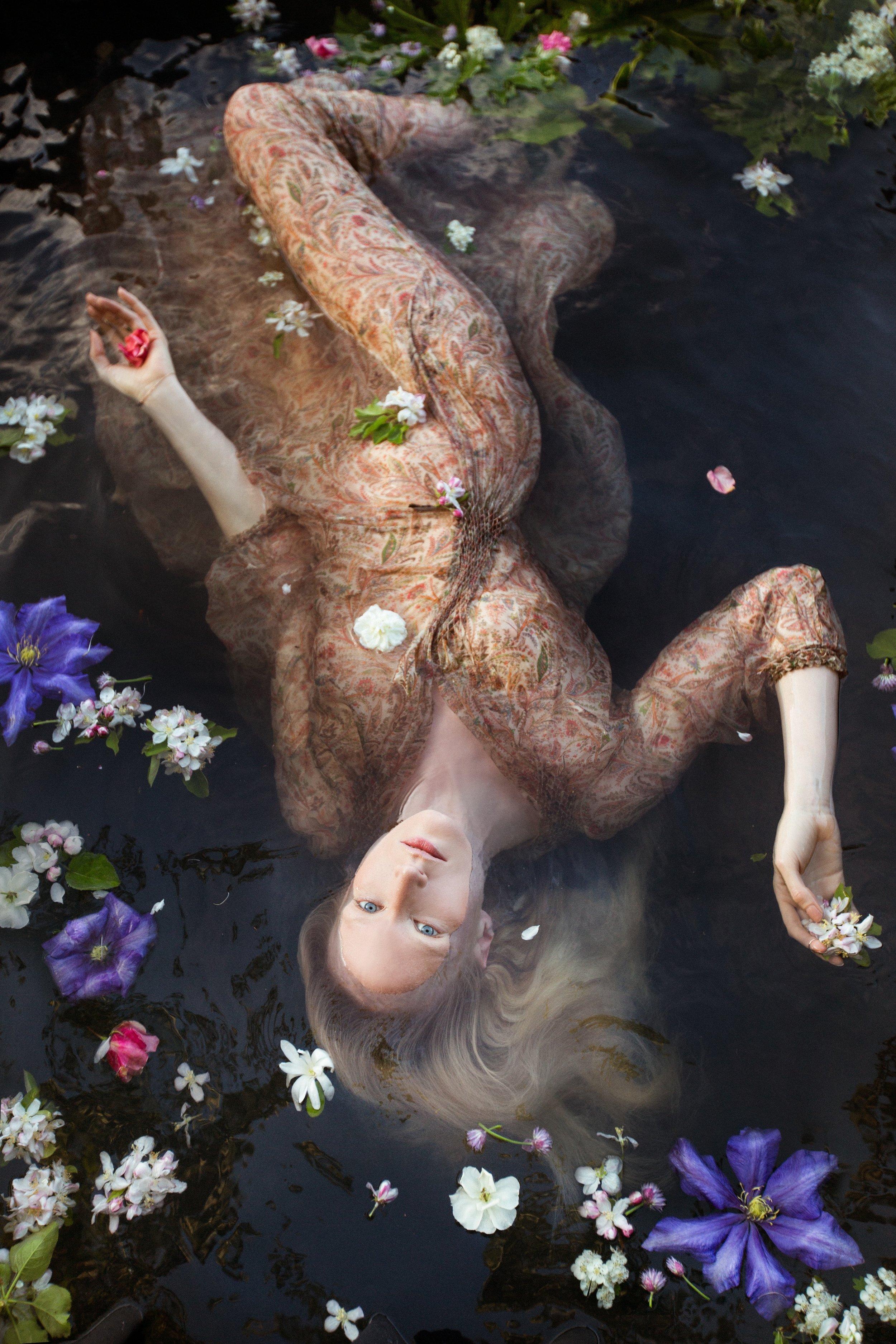 Print chiffon dress: Vilshenko / Rings: Maria Black, Bernard Delletrez and Puck Wanderlust