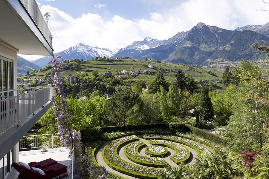 Meisters Hotel Irma_Garten und Berge.jpg