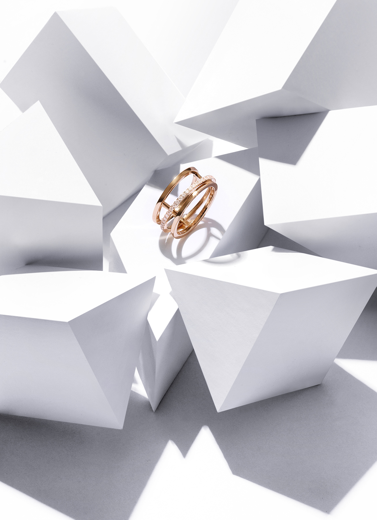 De Beers  Horizon  ring in yellow gold and white diamonds. Approx 0.36 carats. £2,850