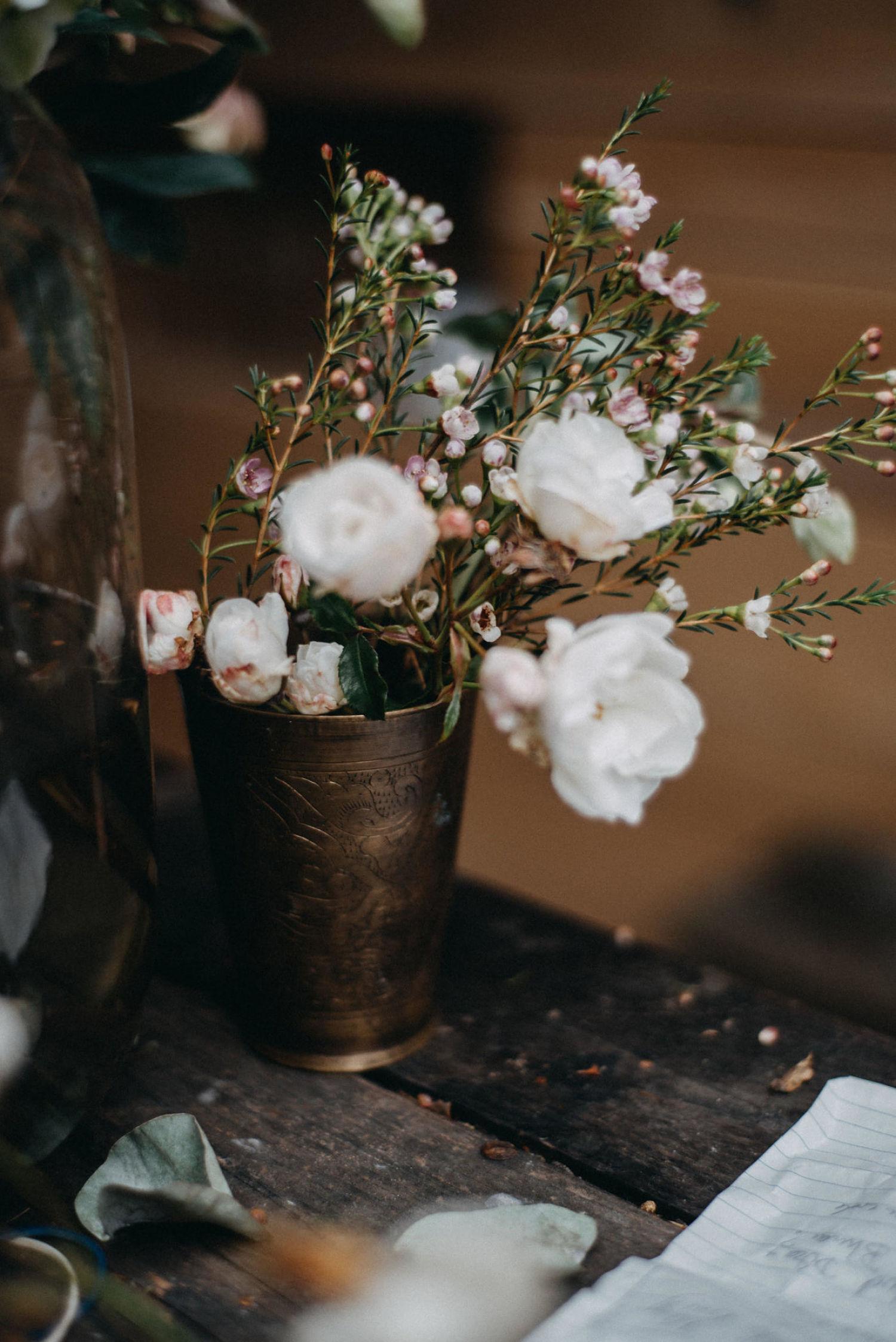 - INHALT:Schreib mir gerne deine besonderen Wünsche, damit ich den Inhalt des Tages individuell auf Dich abstimmen kann.ORT:Blumenstudio Ikoflowers, OsnabrückDas Datum ist hier individuell zu vereinbaren. Bitte mach in deiner Anmeldung ausreichend Terminvorschläge von Montag bis Samstag zwischen 10.00 und 15.00 Uhr.PREISE:1 Tag 500,00 € 2 Tage 800,00€Die Kursgebühr beinhaltet alle Floralien und Materialien und selbstverständlich dein Werkstück, sowie ein kleines Mittagessen.Es ist auch möglich 1/2 Tag zu buchen.1/2 Tag 350,00€Hier entfällt das Mittagessen. Wir arbeiten von 10.00 - 12.30 Uhr.Du hast die Möglichkeit, ein professionelles Fotoshooting mit zu buchen. Gib mir gerne Bescheid, wenn Du dazu Informationen zu Ablauf und Preisen brauchst.