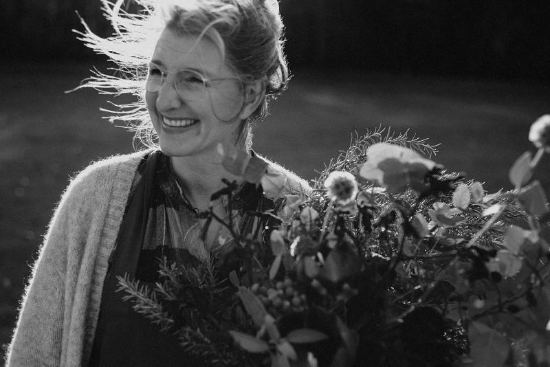 Ich bin… - Anne Oberwalleney, Floral Designer und Farmerflorist.Eine große Gartenleidenschaft und der Drang Schönheit zu erschaffen, brachte mich 2017 dazu Ikoflowers zu eröffnen.Seitdem versuche ich das Bewusstsein für nachhaltige Floristik zu vergrößern. Floristik, die synchron mit der Natur verläuft, anstatt gegen sie zu arbeiten.Meine Arbeiten sind wild, und oft etwas überraschend, denn ich liebe einfach alles, was mir die Natur schenkt.Wenn ich durch meinen Garten gehe und ernte, ist es wie eine eigene Komposition aus Licht und Farben, die sich am Ende zu einem Werkstück verbindet. Dieses Licht sehe ich dann in den Augen meiner Kunden und das ist der Grund, warum ich, voller Liebe, tue, was ich tue.