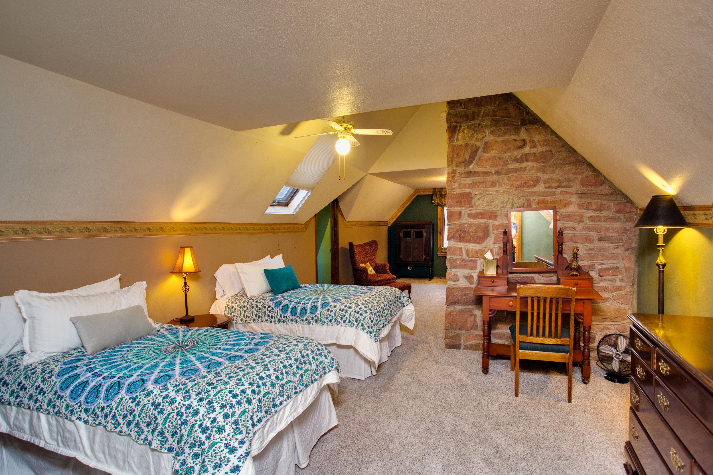 Guestroom-at-Onaledge.jpg