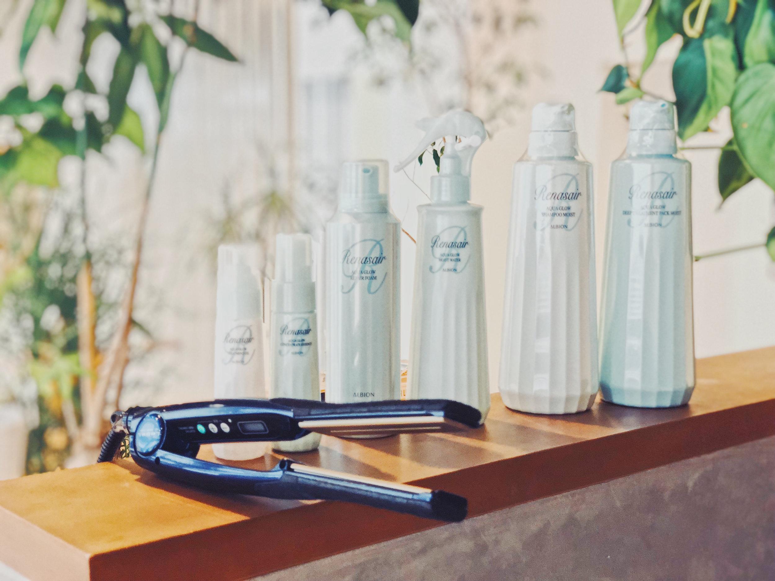 ALBION AQUA GLOW STRAIGHT PERM 3H ¥21600 - ALBIONの名品、ルネセアアクアグロウシリーズと最新のストレート技術を組み合わせて使用し、お客様一人ひとりに毎日の快適さを体験して清々しく甘く優美な香りを楽しみながら、輝くような艶やかな美しい髪へ導くメニューです。