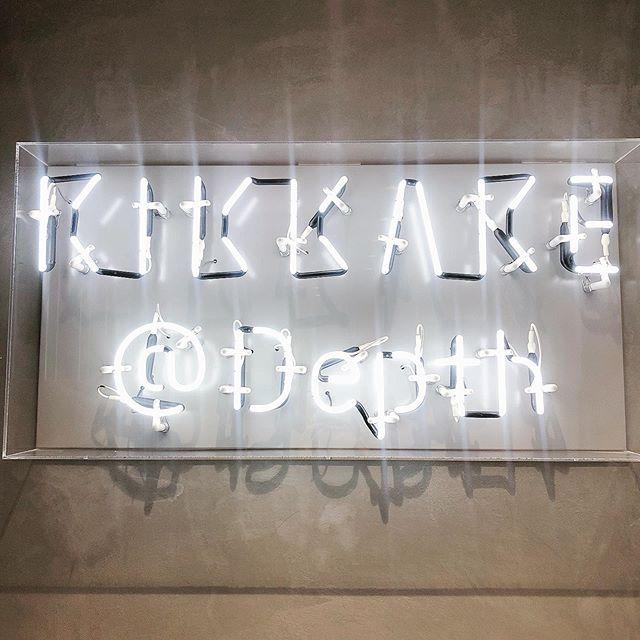こんにちは😌 キッカケスタイリストの 平岡エリです【@kikkake_eri】 ・ ・ 今日はちょこっとお店の中をご紹介 エレベーターから上がってくると ふかふかのソファーと 涼しげな植物でお客様をお迎えしてます! ・ 夏の暑い時期など 「ちょっと涼みにきました」! など大歓迎です😌 kikkakeにきた際は どうぞごゆっくりお過ごしください😌 スリッパなどもご用意してます! ・ ・ ・ 銀座という忙しい都会感を感じさせない ナチュラルな癒しの空間を提供 致します😌🌿