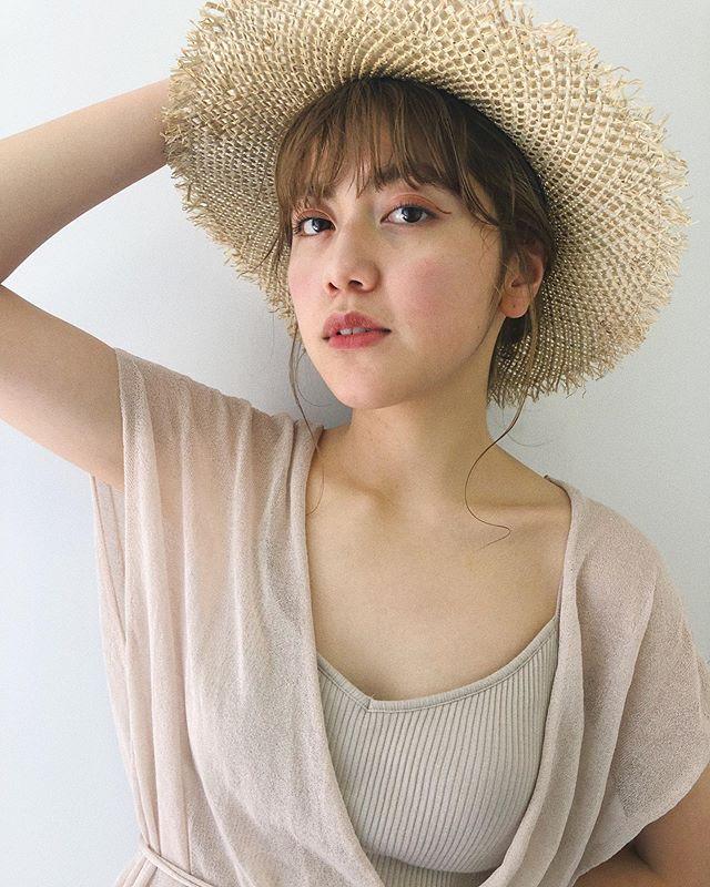 こんにちは、KIKKAKE@depthの @honami_kaneko です! .  夏の麦わらスタイル、、👒🚿 ハイトーンカラーと麦わら帽子の組み合わせは、夏の特権だな!と思います。 .  帽子を取っても可愛くいられるよう、アレンジと組み合わせるのも◎ .  夏を楽しめるようなファッションやヘアスタイルのご提案も KIKKAKEスタッフにお任せください🌻