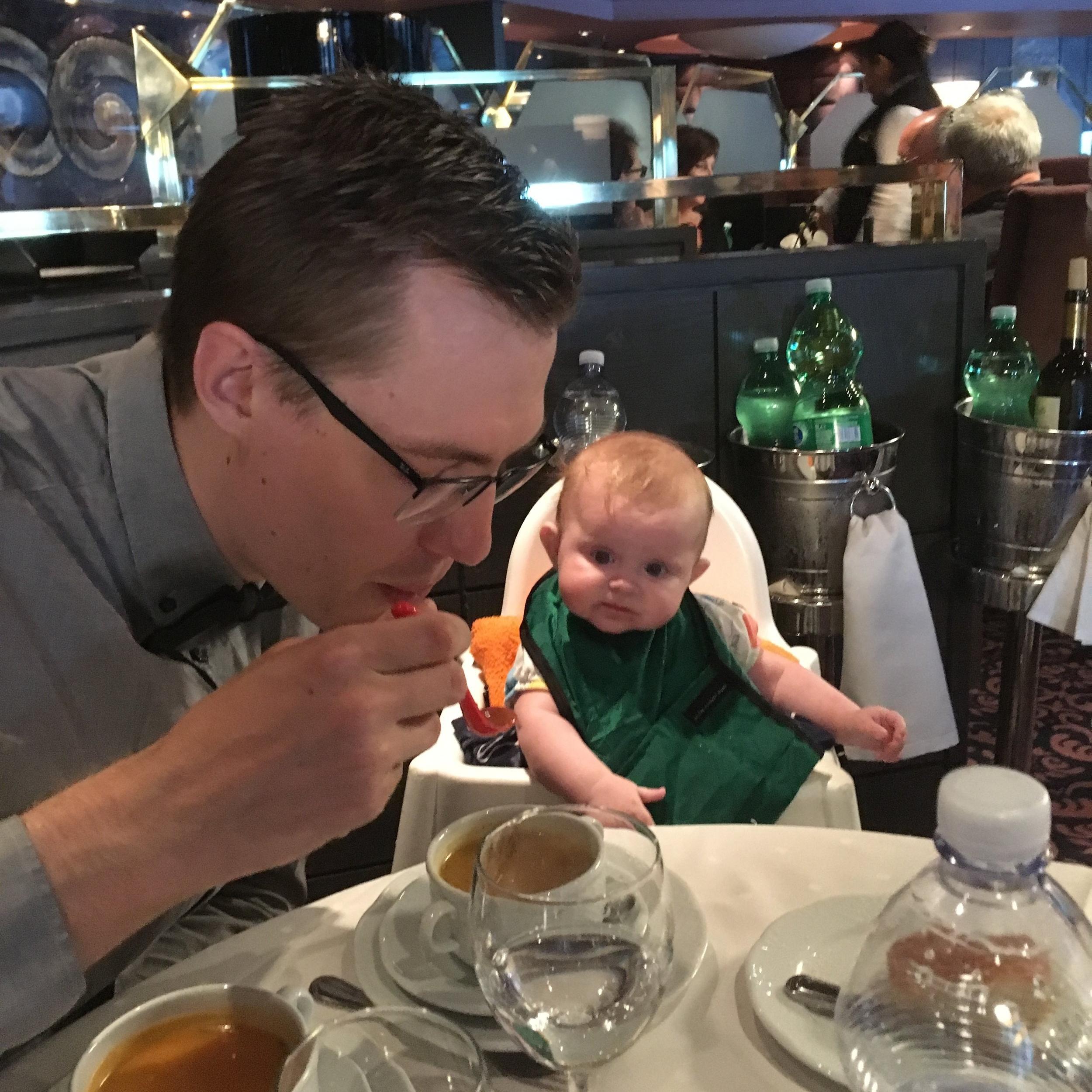 Galamiddag ombord! Smarrigt med grönsakssoppa tycker Edith