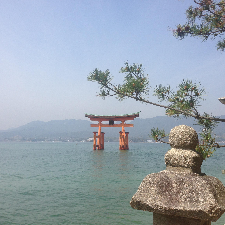 Miyajima, en vacker ö strax utanför Hiroshima. Nås med lokaltåg/spårvagn + båt.