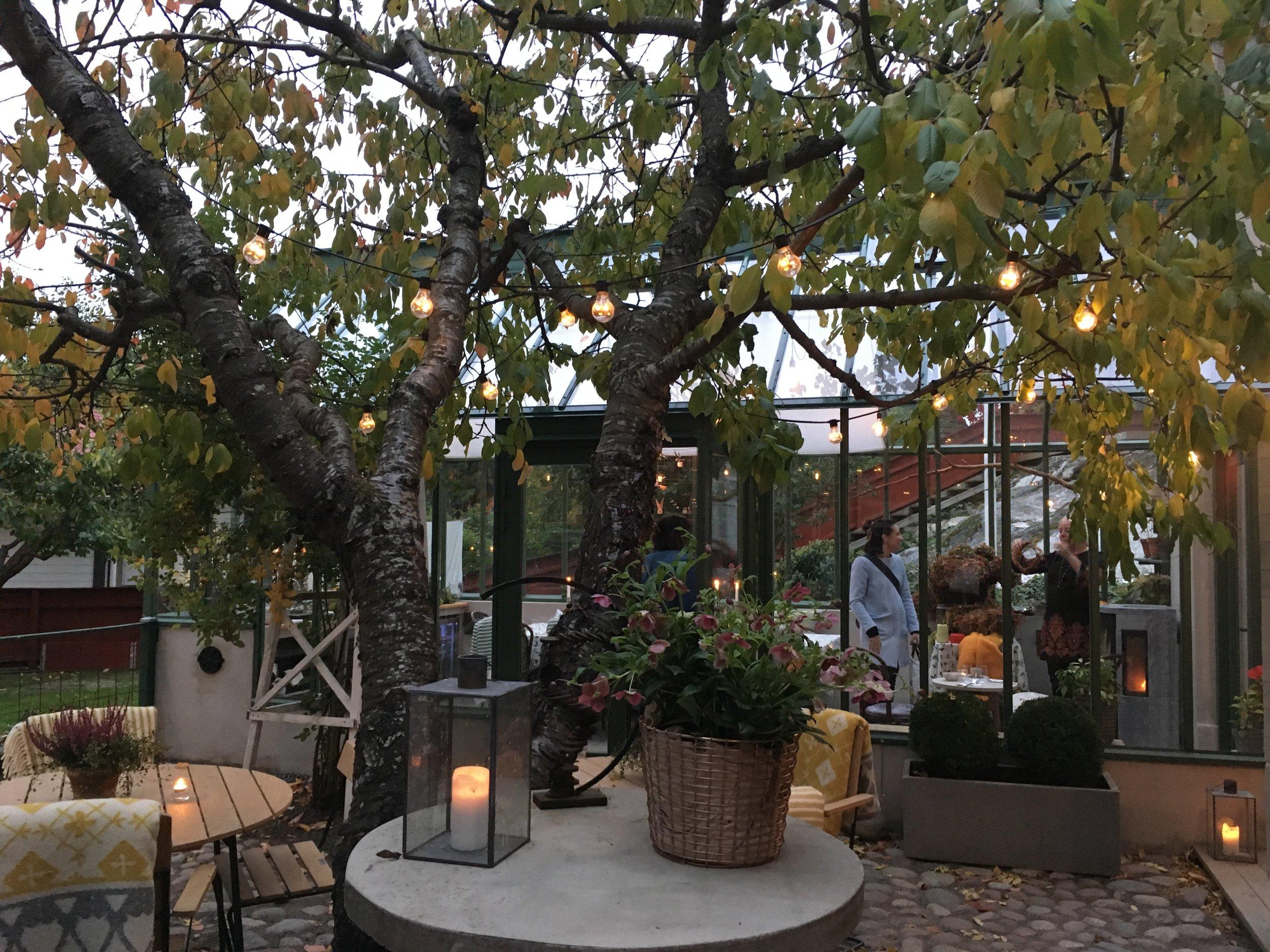 Växthuset och innergården, där det också finns en liten pyttebutik.