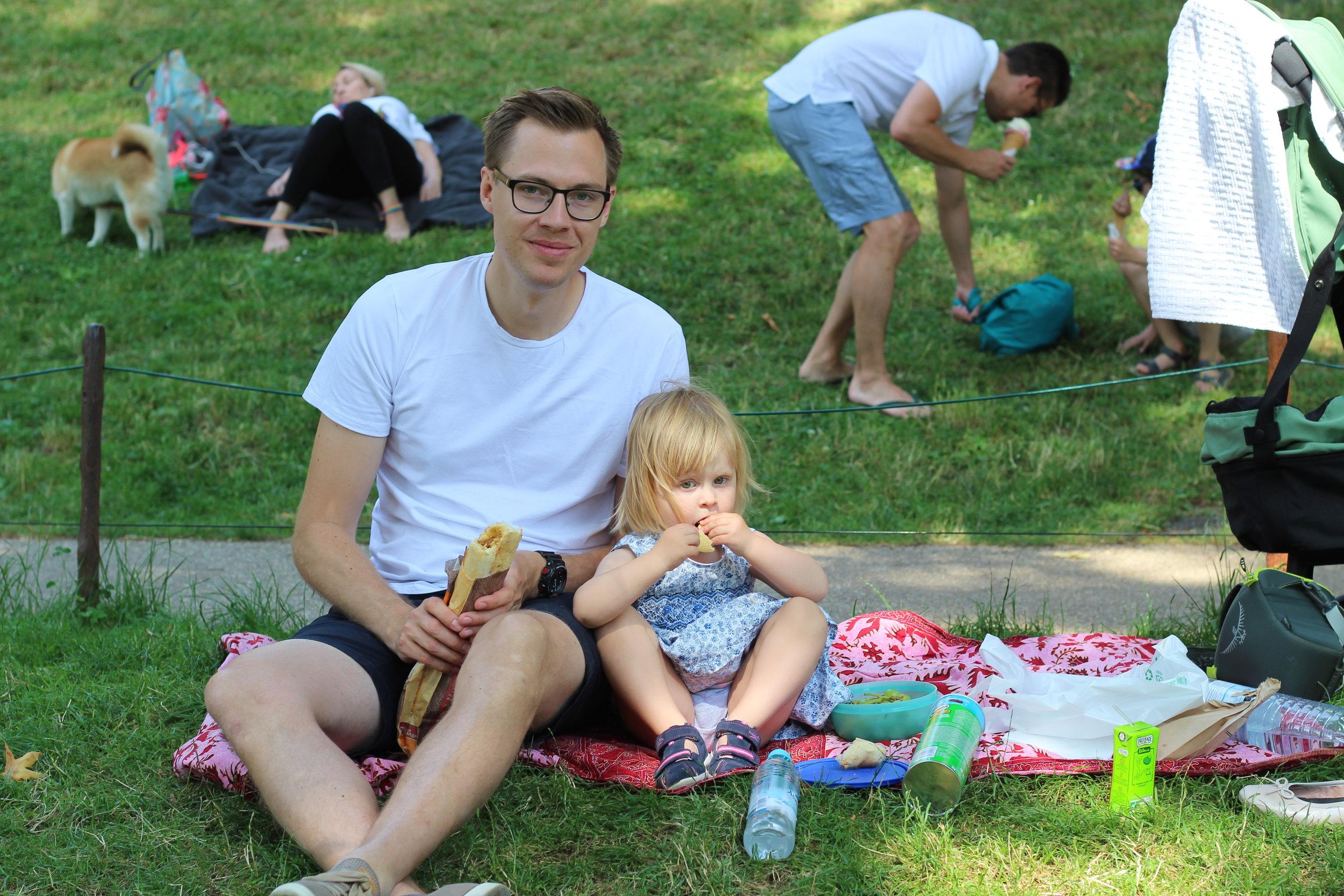 Picknick i Paris! Mysigt spara-pengar-alternativ på resande fot.