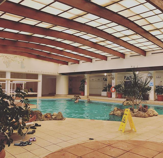 Hej från Kreta! 👋🏼 Inomhuspool på #aquilarithymnabeach är tipp-topp såhär molniga dagar 👌🏼 ~ ~ ~ Our hotel got an indoor pool 🏊 👌🏼 #Apollo #apollosverige #rithymnabeach #crete #rethymno