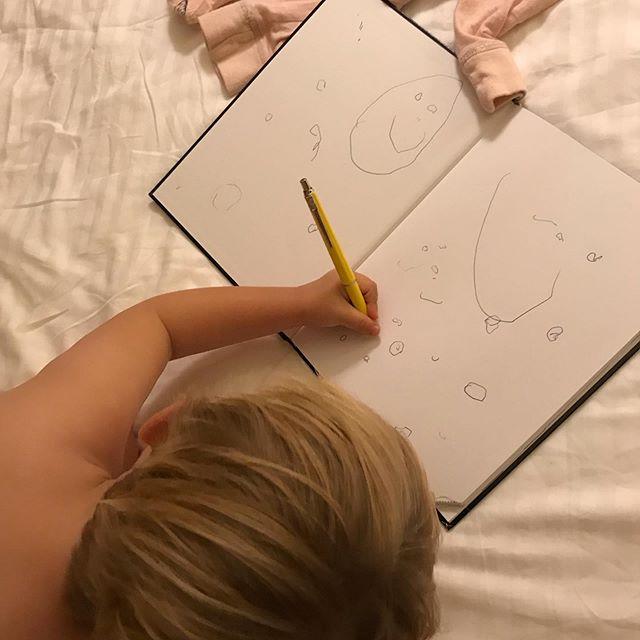 """Eget uppslag i mammas kalender ❤️ Målar """"spöke"""". ~ ~ ~ Drawing in moms calendar is the best! #penngrepp #spöke #vänsterhänt #crete #attresamededith"""
