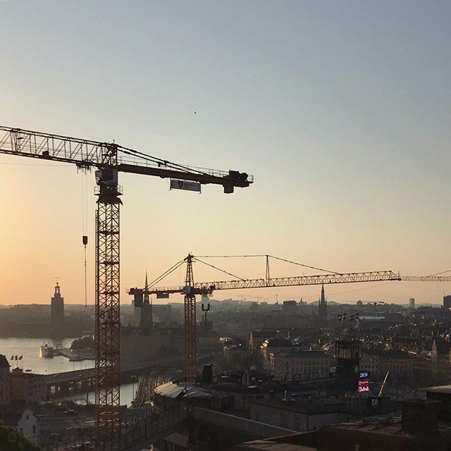 Helt ok 6e juni... 🇸🇪 . . . . #slussen #gamlastan #södrateatern #champagnebaren #takåsar #stockholm #byggkran #sol #disigt #kvällssol #cityscape #södermalm #gondolen #svenskaflaggan #svenskaflagganpågondolen #slussenbyggetärförsenat #stockholmärenbyggarbetsplats #hursättermanihopenkran #detfinnsalldelesförmångakranaristockholmommansägerså #6ejuni #tackförtipsetinstapope