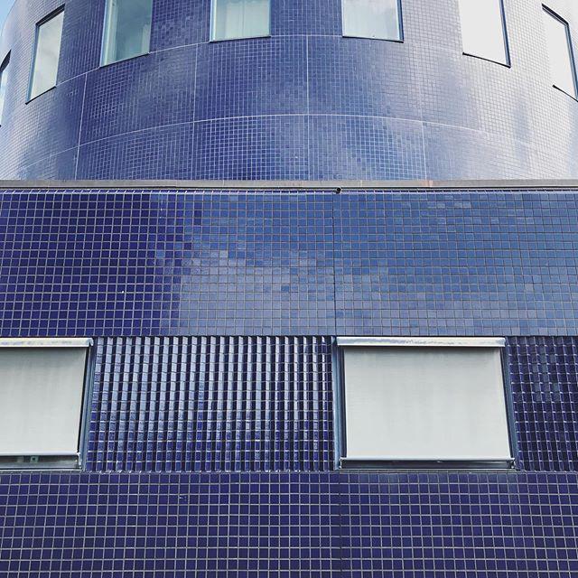 🔷🔷Kaklade hela byggnaden!🔷🔷 (Gävle konserthus, 1998) . . . #gävle #gefle #kakel #blåkakel