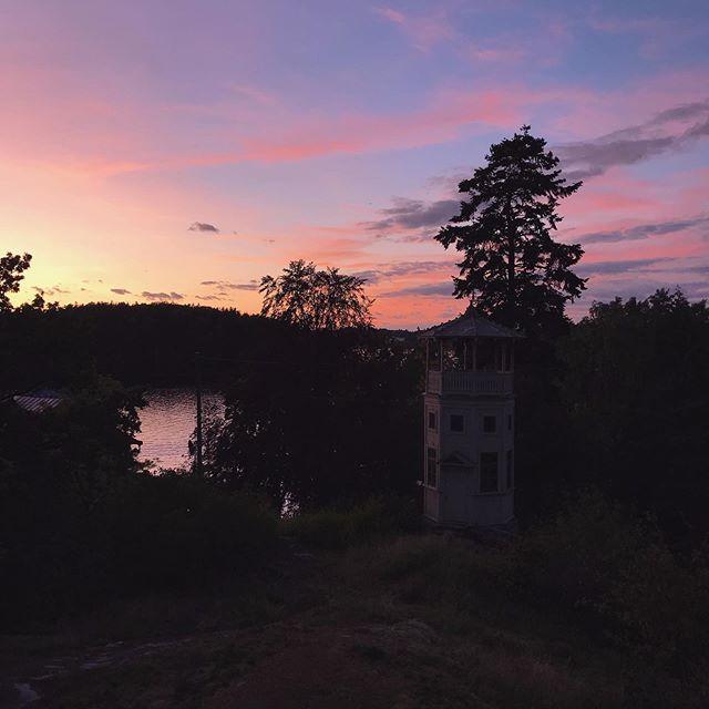 Inget utan ljus...🌅 . . . . . #tynningö #solnedgång #vattentorn #lördag #sensommar #mys