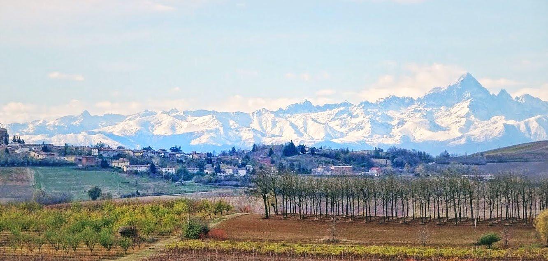 Das verde colinas do Monferrato se avistam os alpes suiços e franceses