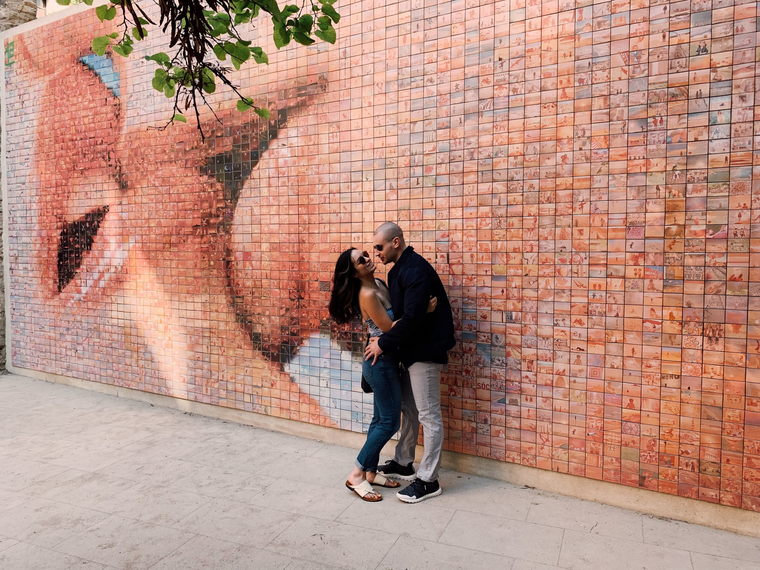 """""""The World Begins With Every Kiss"""" mural in Barcelona, Spain."""