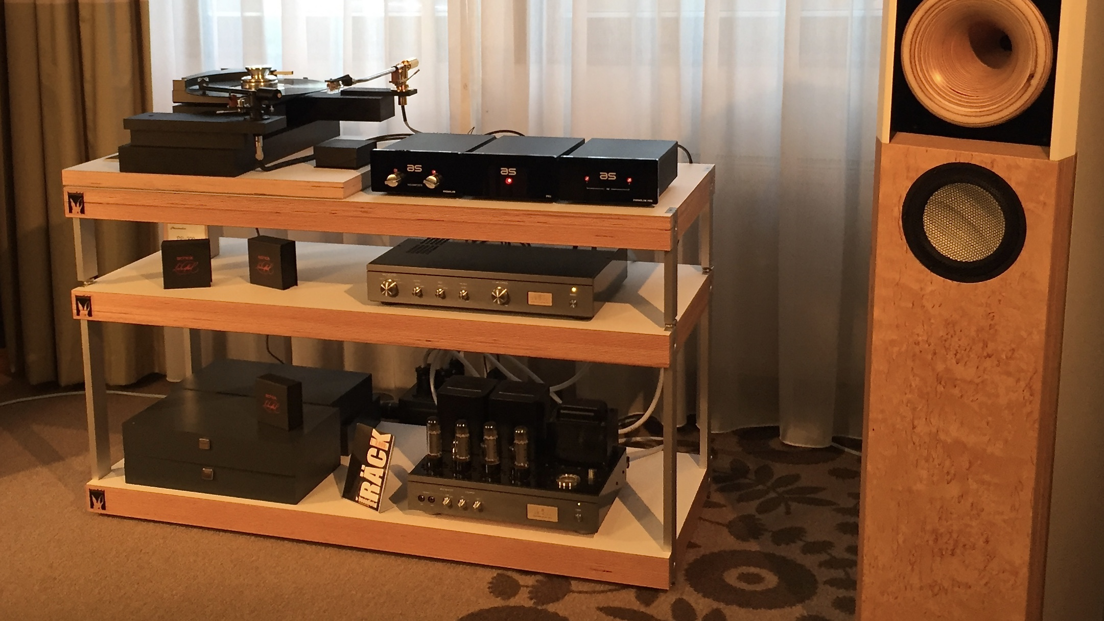 "Très ""Schick"" ! RÄCK sized L with modules 35 and 15, in multiplex high-tech veneer white. Also shown is a prototype of BRETT, enhancing your phono experience."