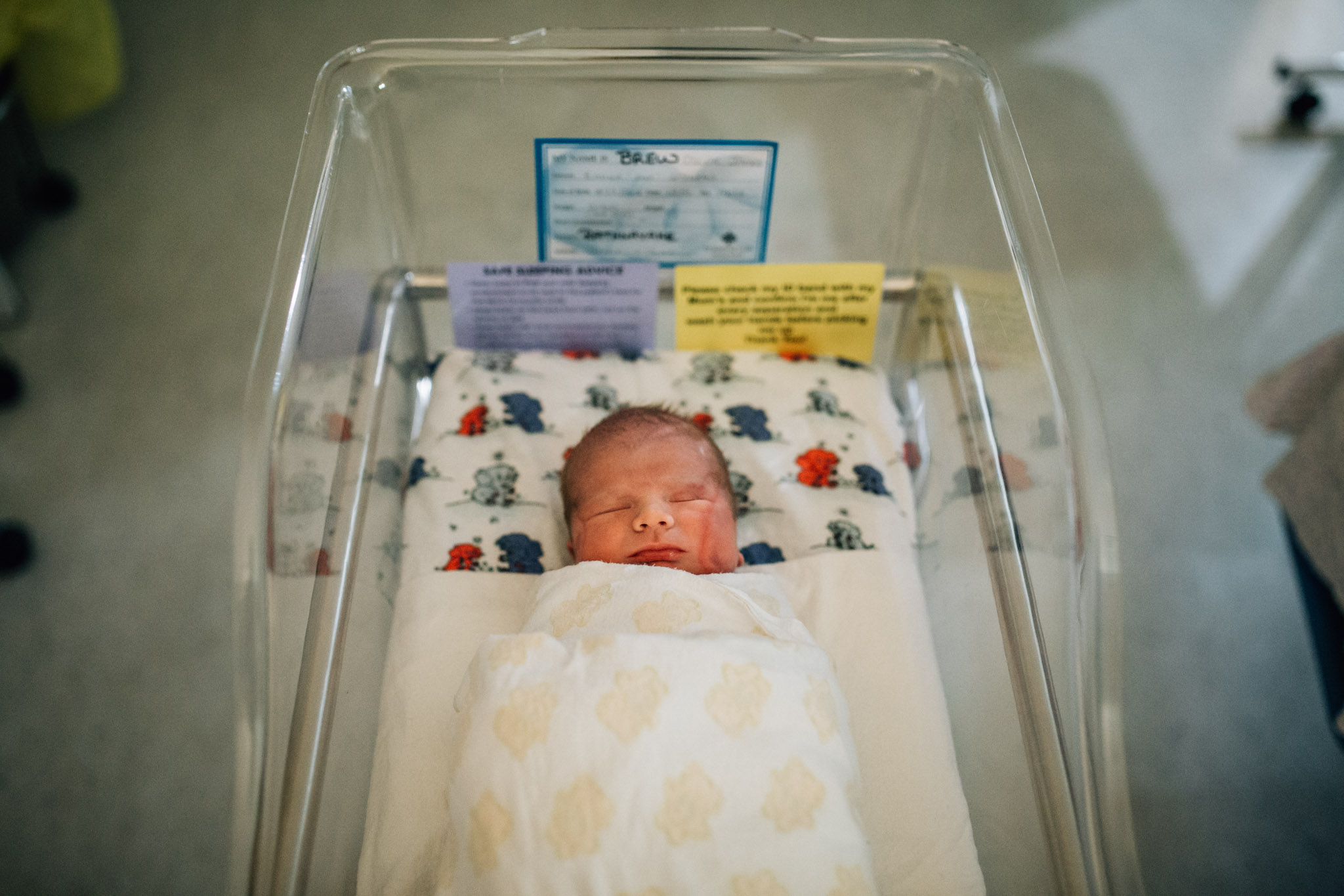 baby-sleeping-in-hospital-bassinet (1 of 1).jpg