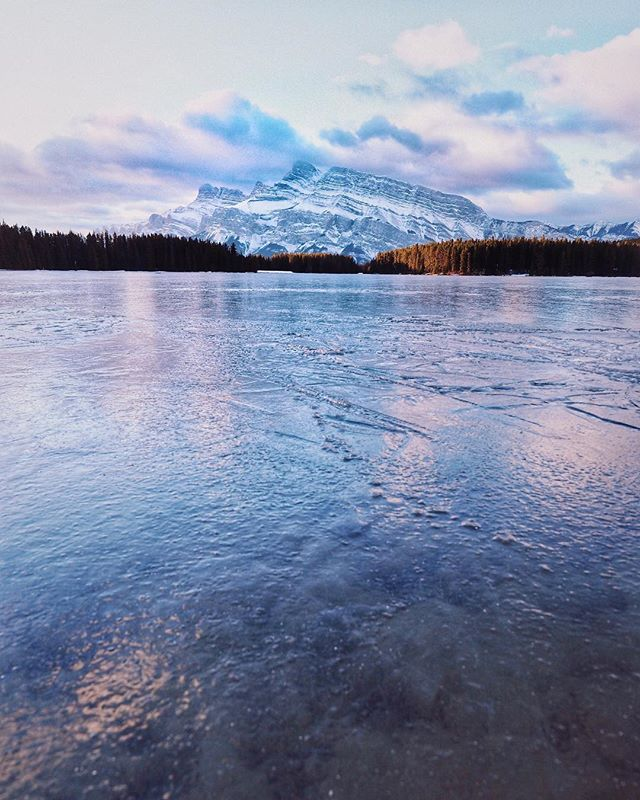 Ice ice babyy . Sunrise at Two Jack Lake, Alberta . . ❄️ ❄️ #lake#twojacklake#alberta#canada#winter#ice#sunrise#pink#mountains#getoutside#positivevibes#landscape#nature#explore#wander#destinations#banff