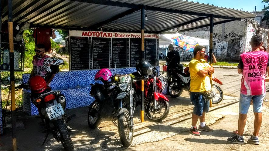 Station de mototaxis du  Complexo do Alemão  à Rio de Janeiro, Brésil (photo Hector Roberto Francisco Santo).