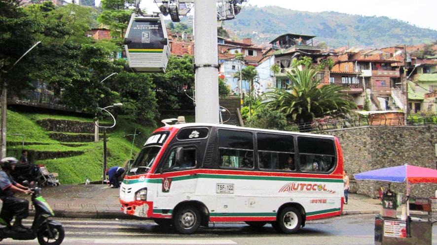 Minibus coopératif à Medellin, Colombie (photo Camille Reiss).
