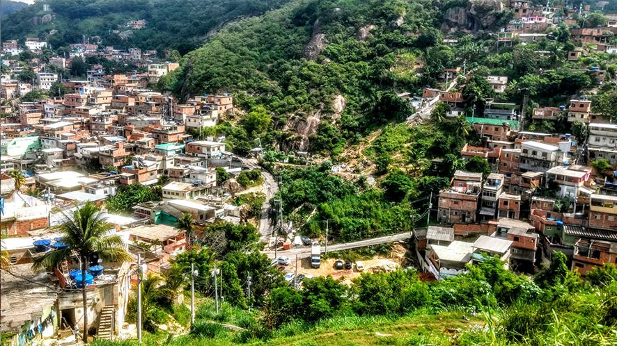 Complexo do Alemão,  ensemble de 17 favelas à Rio de Janeiro, Brésil (photo Hector Roberto Francisco Santo).