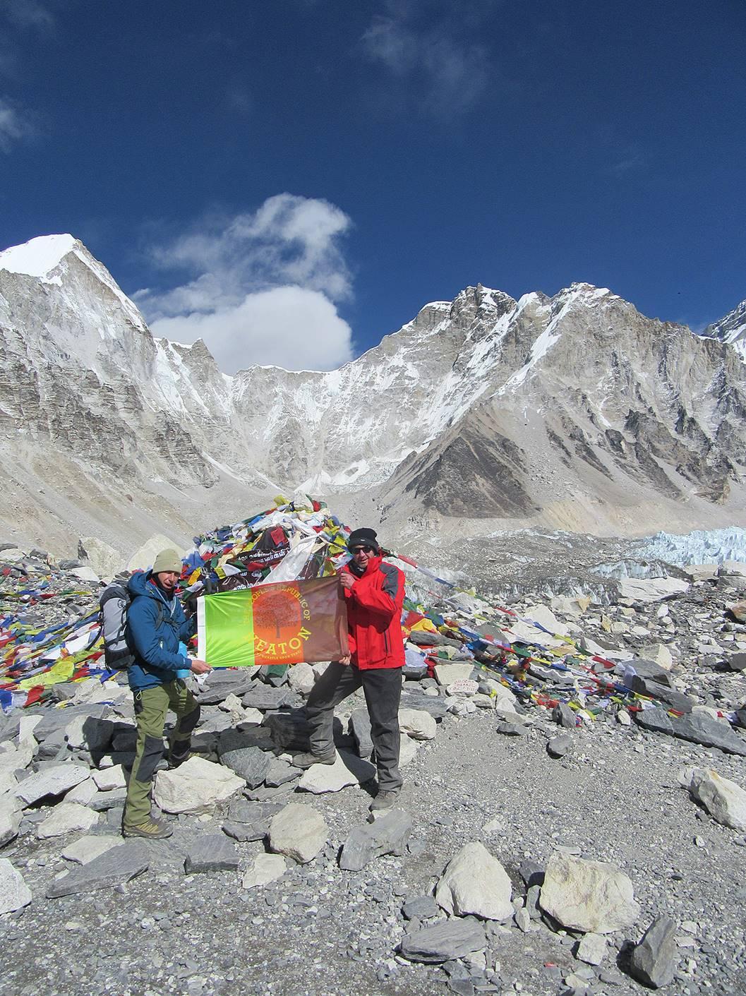 Les habitants de Heaton emmènent même leur drapeau à travers le monde, comme ici au camp de base de l'Everest. Copyright Colin Hagan 2019.  http://colinhagan.co.uk/