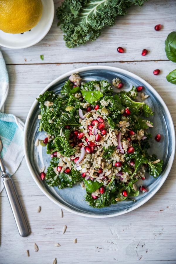 Kvinoa-lehtikaalisalaatti granaattiomenalla.JPG
