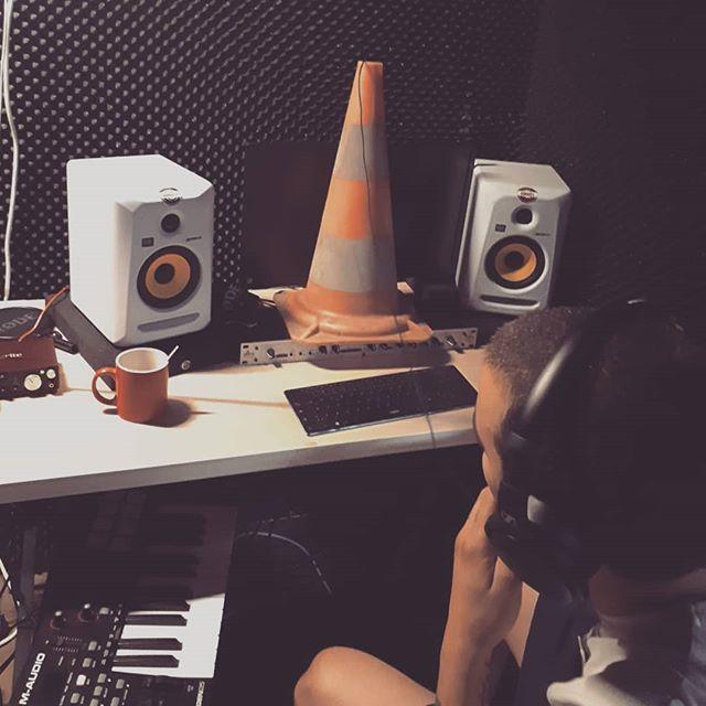 Endlich haben wir nun auch im Studio den VLC Media Player installiert! 👍  #ampulsderzeit #aktuellekunst #vlc #straightouttastoistodt #aggressivekunst