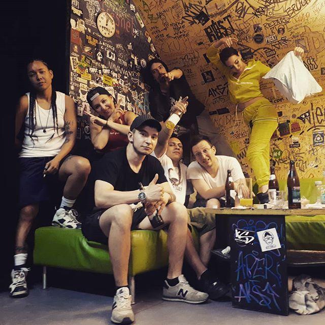 ALL. FEM. HIP. HOP. 🙌  50 Liter verschwitzt, aber dafür nicht die dope Show von Gal Code, Bella Diablo und Misses U! 🔥  Vielen Dank an alle, vor Allem DJ Funky P, Special Guests Def Ill und Samira Dezaki, und Moderator und Hype-Man KS Kopfsache! 💪  #linzrappt #allfemhiphop #missesu #belladiablo #galcode #samiradezaki #defill #kskopfsache #funkyp #coc #hiphop #rap #kapu #linz #aggressivekunst #straightouttastoistodt