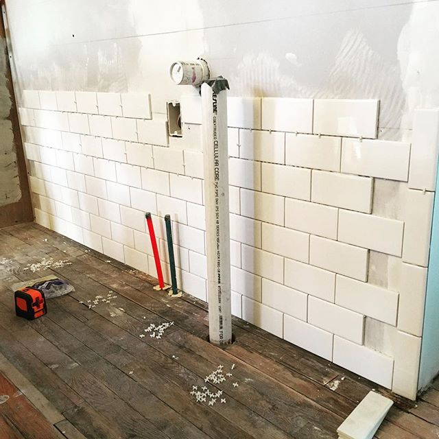 I kind of expected to finish this wall today, but as it turns out I've only done this once before, six years ago, I'm a (slow) perfectionist, and I started hours later than planned. So here are eight rows. Nineteen to go. #subwaytile #diytile #diyrenovation #victorianrenovation